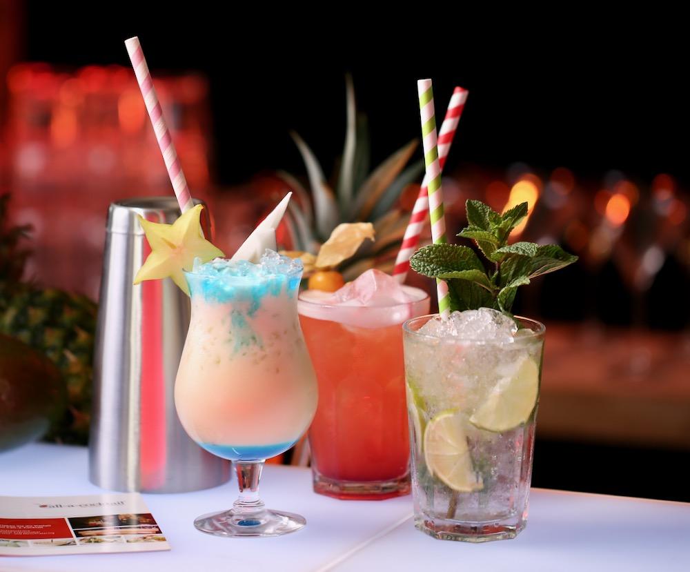 Swimming Pool Sex on the beach und mojito Cocktail auf mobiler bartheke mit Barkeeper